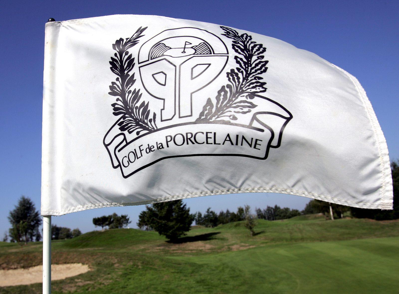 Drapeau du golf de la porcelaine avec en fond le parcours